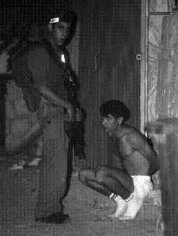 prisonnier_accroupi_brochure.jpg