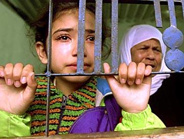 fillette_et_femme_palestiniennes_derriere_grilles.jpg