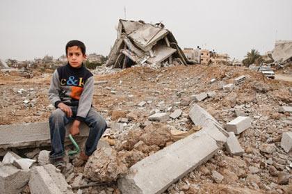 enfant_gaza_devant_ruines_de_sa_maison-2.jpg
