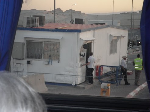 jordanie_le_1er_car_arrive_au_checkpoint_israe_lien.jpg