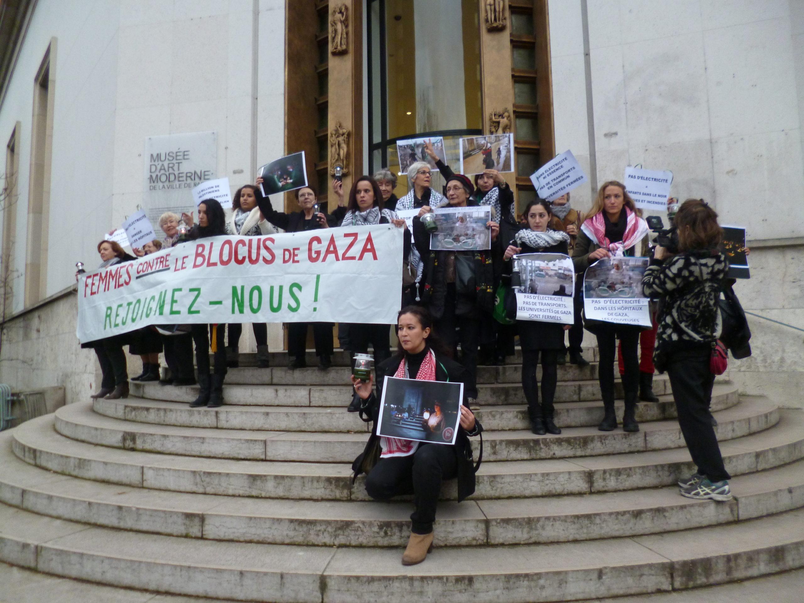 fe_e_sur_les_marches_a_la_sortie.jpg