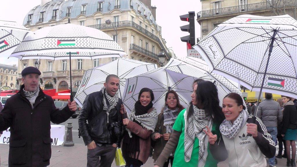 parapluies_jeunes_femmes_et_Ibrahim.jpg