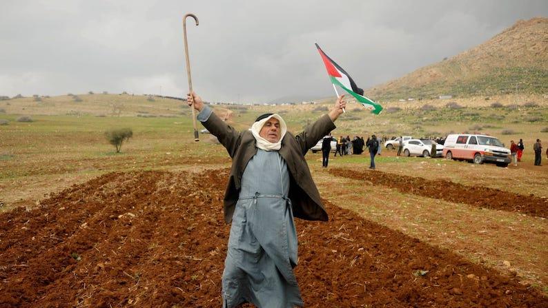 Palestinien apprenant la décision israélienne d'annexer la Vallée du Jourdain