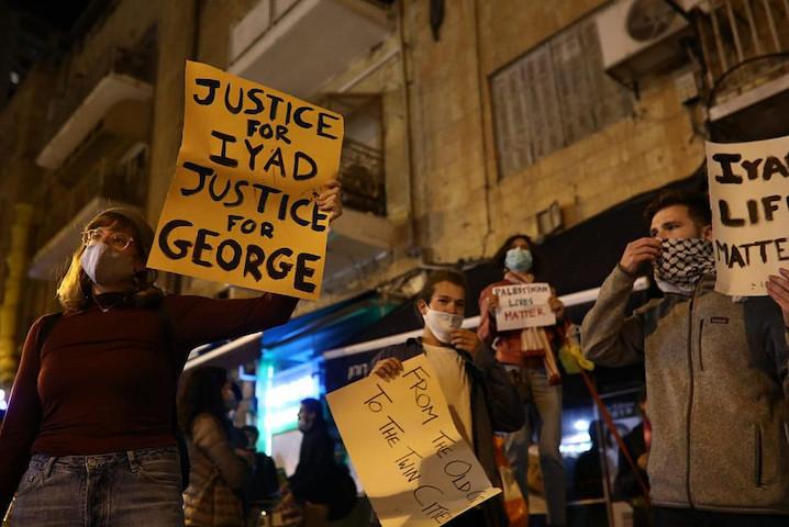"""Israéliens et Palestiniens manifestent à Jérusalem pour protester contre l'assassinat de Iyad Halal par la """"Police des frontières"""", en faisant le rapprochement avec celui de George Floyd par la police de Minneapolis"""