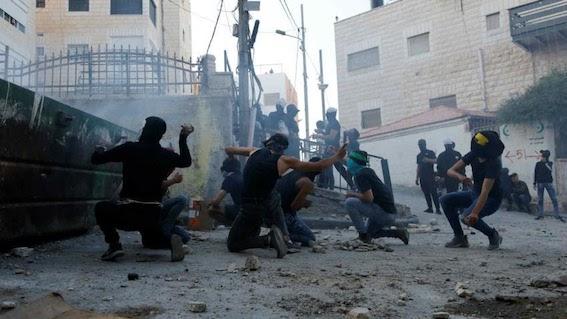 La police israélienne attaque le domicile et une tente de deuil de la famille d'Iyad Hallak