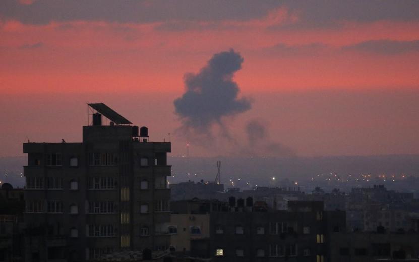 Prolongation du couvre-feu à Gaza, dans un total dénuement et sous les bombes
