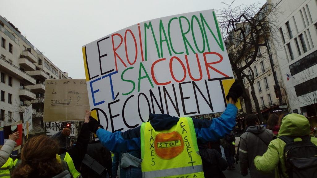 Macron ne respecte pas les gestes barrière !!
