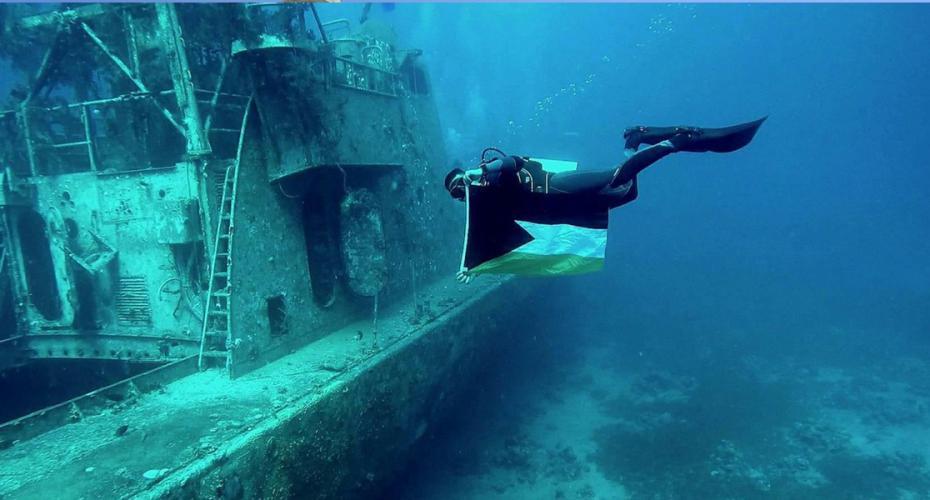 Un plongeur du Hamas aborde l'épave du bateau de la Royal Navy
