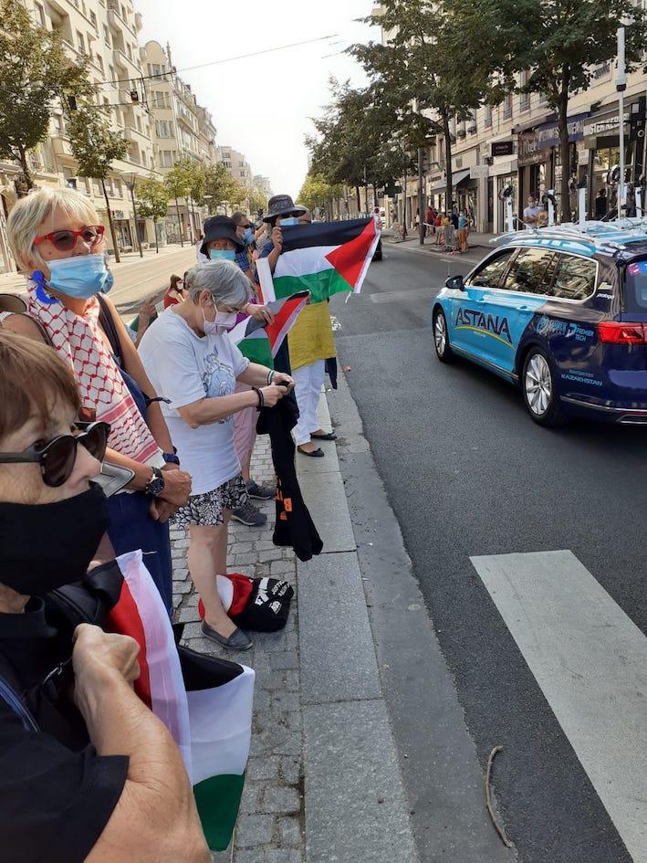 Rebelotte à Lyon ! Les drapeaux palestiniens partout au passage du Tour