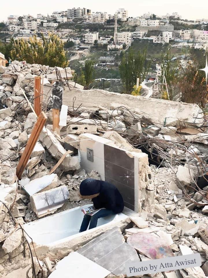 Regardez Sofia en train d'étudier au milieu des ruines de sa maison à Jérusalem !