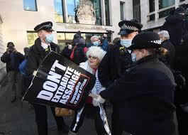 Un manifestant de 92 ans arrêté alors qu'il réclame la libération de Julian Assange (Vidéo)
