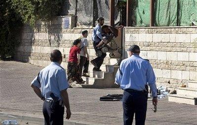 Depuis jeudi dernier, le nettoyage ethnique s'intensifie à Jérusalem-Est, dans les quartiers de Silwan et Sheikh Jarrah. Ainsi, six familles de Sheikh Jarrah ont reçu l'ordre du Tribunal israélien de quitter d'ici le 2 mai les maisons où elles ont vécu pendant près de 70 ans, après avoir été chassées en 1948 de leur terre natale, pour être remplacées par des colons. Ce n'est plus « une terre sans peuple pour un peuple sans terre » mais plutôt « des maisons tout équipées pour un peuple de squatters ».