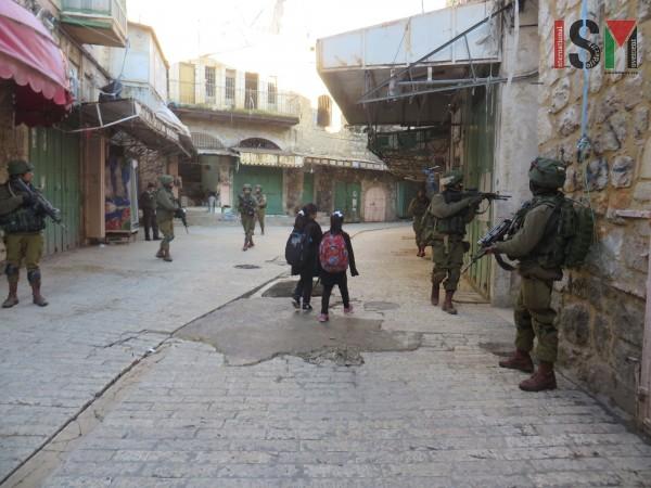 Répression massive des jeunes Palestiniens de Sheikh Jarrah, qui se mobilisent contre le vol des maisons (Photos) 6 mai 2021ACTUALITÉS  Tous les soirs sans exception, alors qu'ils organisent une veillée pour empêcher les colons de s'emparer de leurs maisons, les forces d'occupation viennent brutaliser et arrêter les jeunes de Jérusalem-Est. Le tribunal de Jérusalem ayant finalement demandé aux familles palestiniennes de « s'entendre avec les colons » pour négocier leur départ, (sic !), la situation est plus […]  Lire plus Détention des enfants palestiniens… avec racket en prime ! (Vidéo-14) 6 mai 2021ACTUALITÉS, Campagnes de secours aux Palestiniens, POUR AGIR, VIDÉOS  Lien de cette vidéo sous-titrée en arabe, pour une diffusion la plus large possible : https://youtu.be/Adw7gRgewag CAPJPO-EuroPalestiine  Lire plus La Palestine au jour le jour : Semaine du 26 avril au 2 mai 6 mai 2021ACTUALITÉS, Documents de référence  L'aggravation de la répression rend les compte-rendus encore plus difficiles et les bilans probablement sous-estimés. De plus, la flambée d'expulsions et de provocations à Jérusalem a suscité en retour une vague de manifestations dans toute la Palestine occupée, une solidarité exemplaire, réprimée avec la douceur qu'on imagine… Selon les statistiques du PMG (qui vont du […]  Lire plus