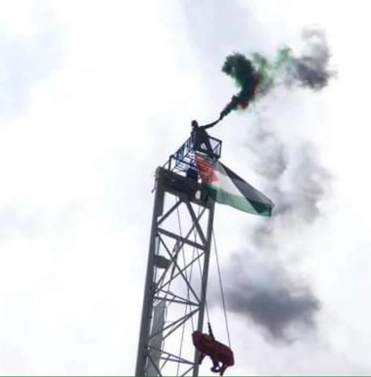 Deux jours en haut d'une grue de 200 m avec le drapeau Palestinien !