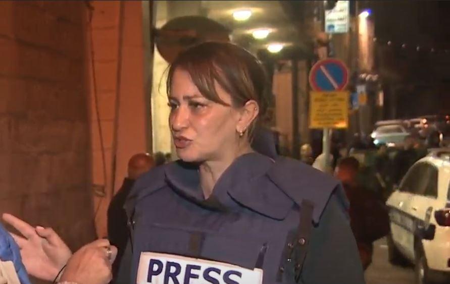 La police israélienne relâche la journaliste d'AlJazeera après lui avoir cassé le bras, et arrête une militante de  Sheikh Jarrah