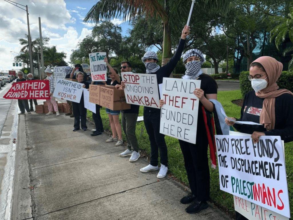 Manifestations en Floride devant le siège de Duty Free pour protester contre ses liens avec les colonies israéliennes