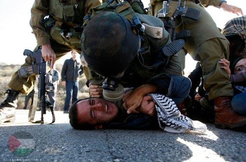 Hebron : soldats et colons brutalisant des Palestiniens (Vidéo)