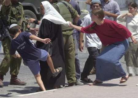 Les colons israéliens en train d'attaquer les familles palestiniennes à Hébron (vidéo)