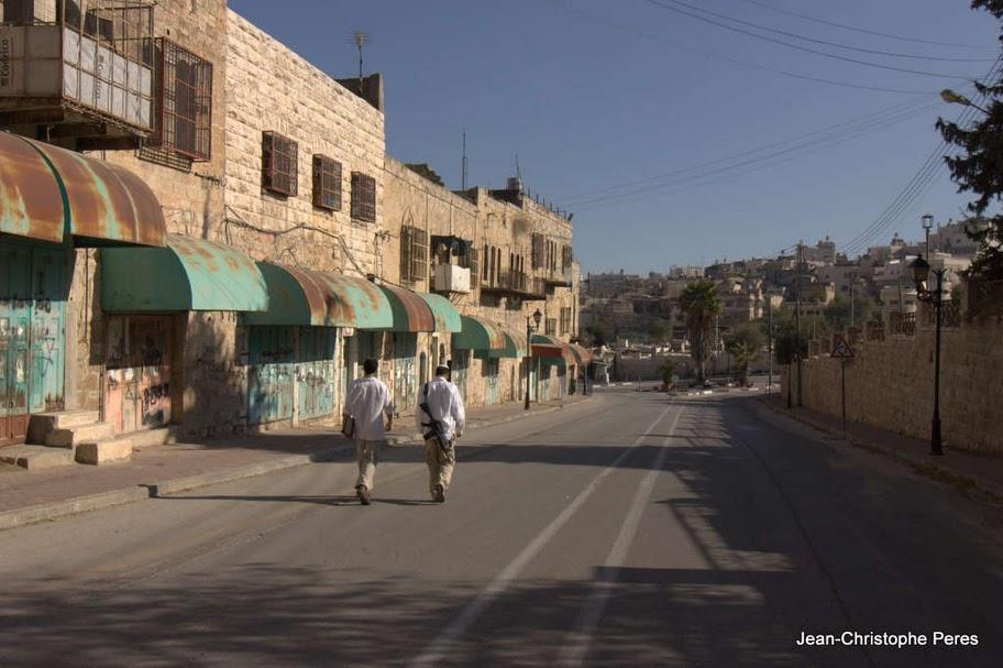 L'armée israélienne faisant fermer tous les commerces à Hébron pour que les colons puissent envahir les rues (Vidéo)