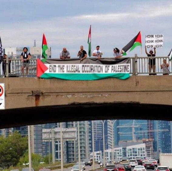 Toronto : banderole pour la fin de l'occupation de la Palestine sur le plus haut pont de la ville canadienne