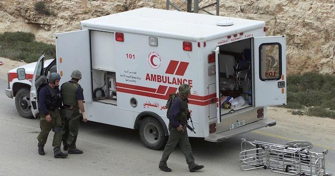 Pendant leur pogrom, des colons israéliens ont attaqué un enfant de 3 ans blessé, à l'intérieur d'une ambulance!